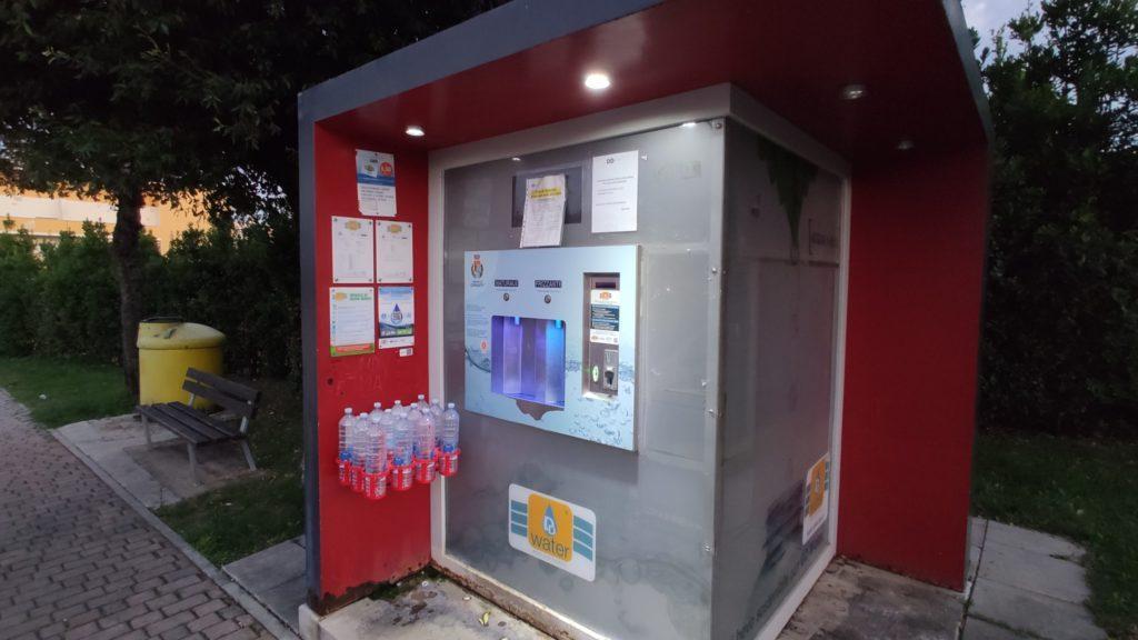 L'acqua, se pagata in contanti costa il doppio…